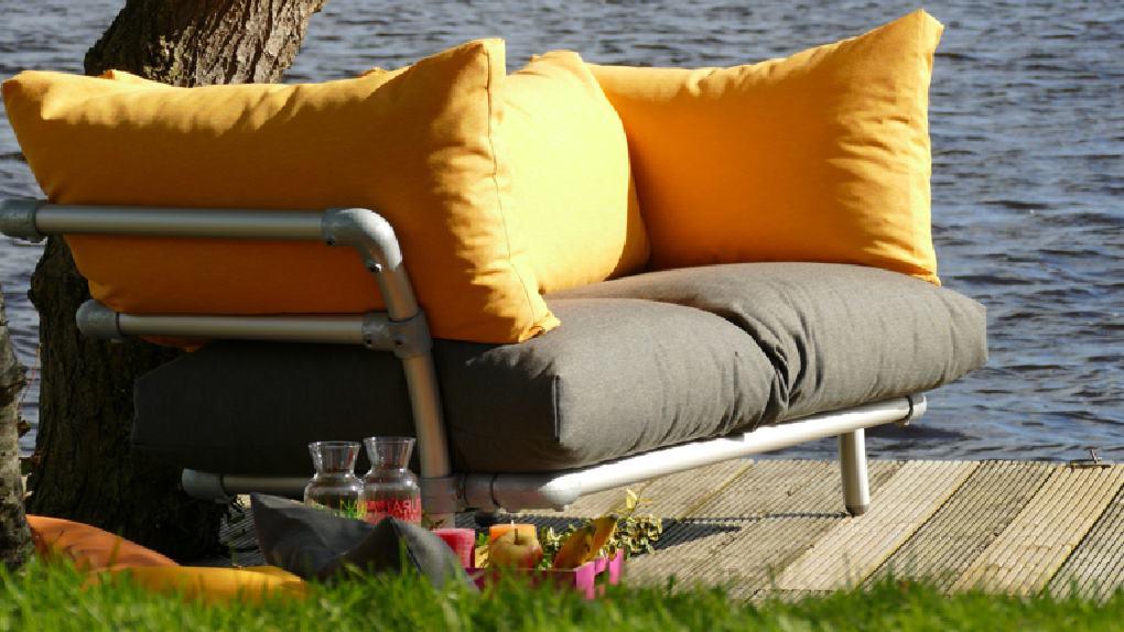 steigerbuizen loungebank voor in de tuin